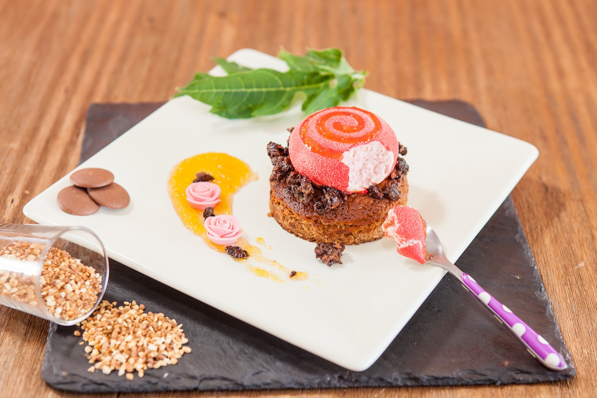 Brownies praliné : mousse Goyavier, grué de cacao caramélisé et confiture de papaye