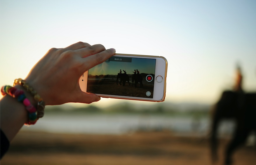 Tournage d'une vidéo pour les réseaux sociaux sur un smartphone