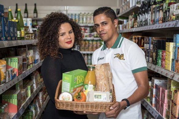 De droite à gauche Mickael Darsan (gérant de Lagon Bio à Sainte-Anne) et sa femme