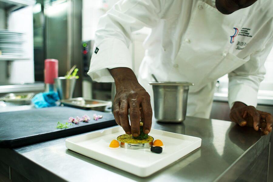 Le chef Jimmy Bibrac en cuisine