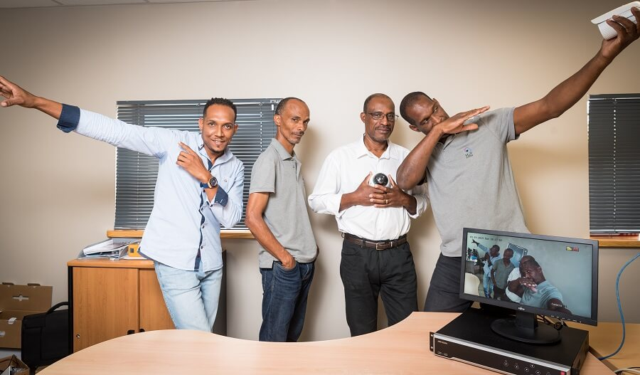 Collaborateurs de H2P System avec la caméra IP