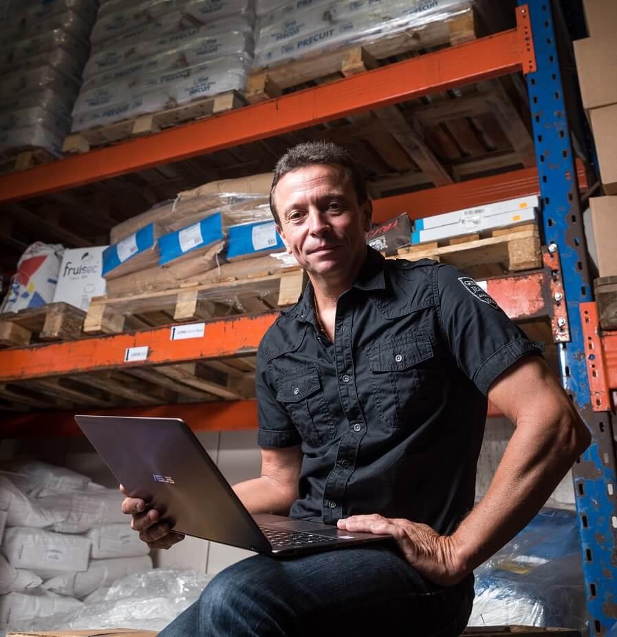 Laurent Josso dans un entrepôt, éditeur du WMS Izypro