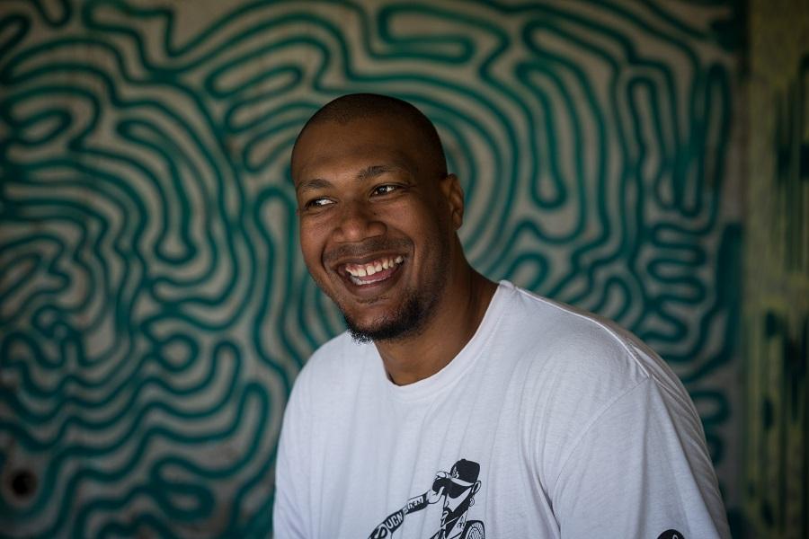 Le graffeur Rony Lacréole dans un de ses spots au Moule