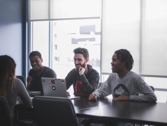 Jeunes entrepreneurs en travail d'équipe