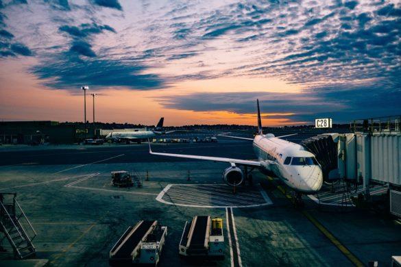 Avions sur le tarmac d'un aéroport