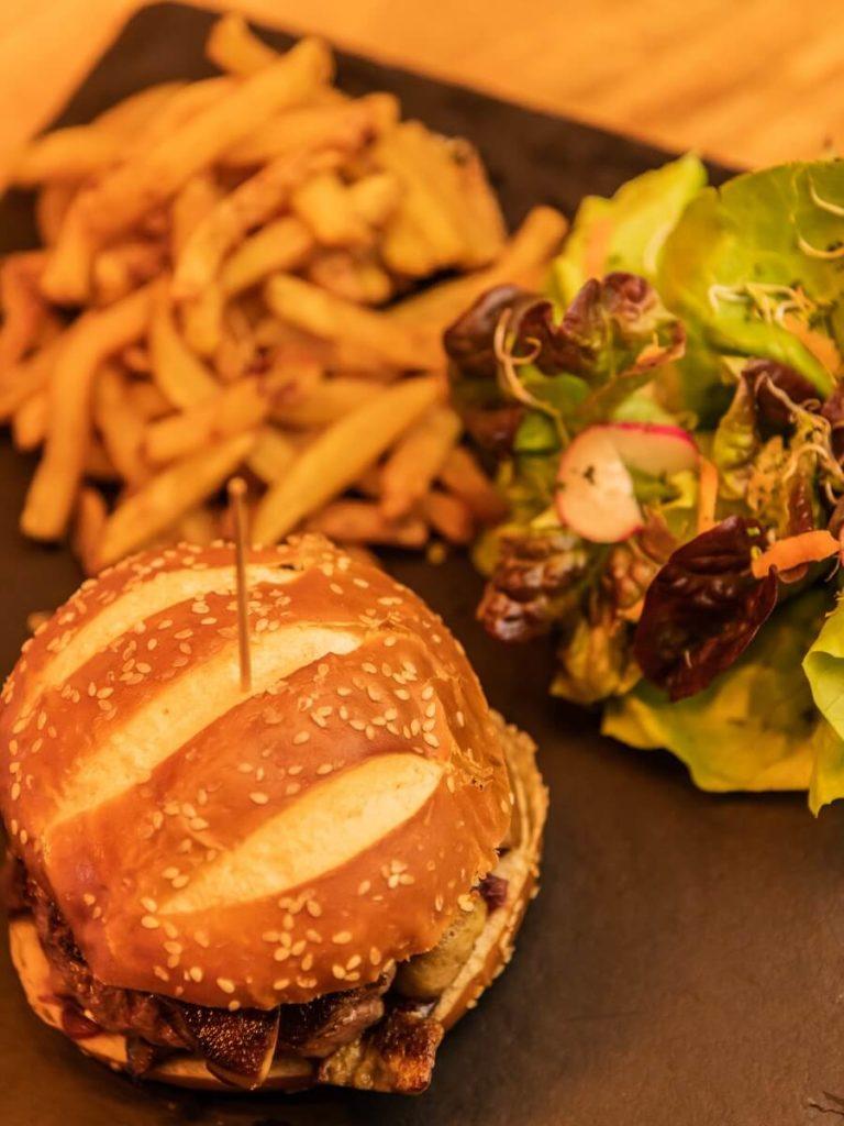 Burger au foie gras du restaurant Saint-Germain à Jarry