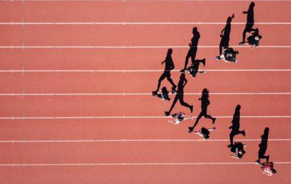 Sportifs sur un terrain de course