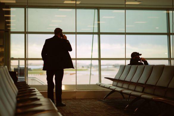 Homme dans la salle d'attente d'un aéroport