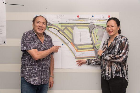Les promoteurs immobiliers du groupe Ho Tam Chay devant les plans du projet de centre commercial City Market