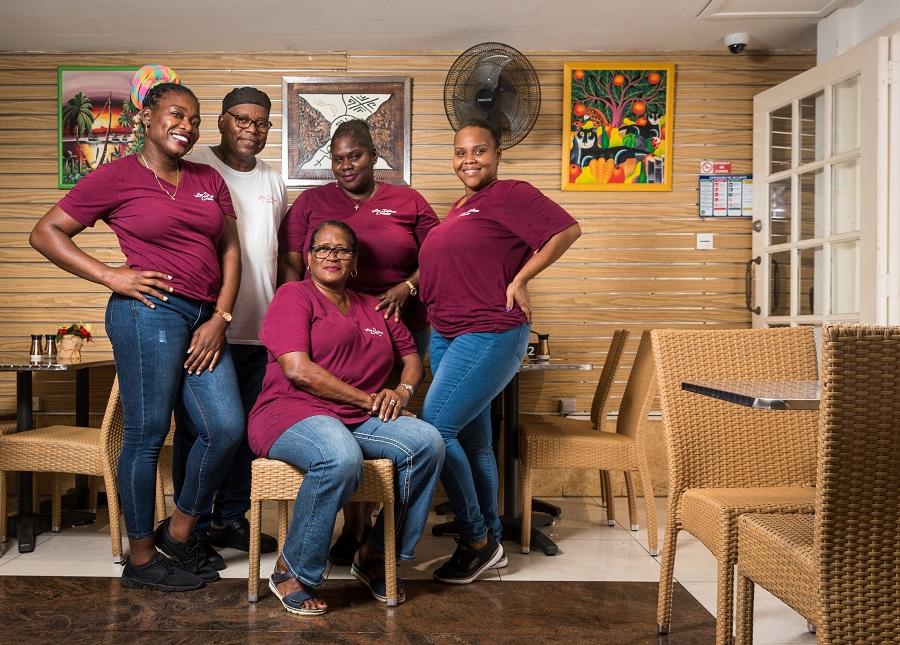Equipe du restaurant Délices Créoles à Marigot, Saint-Martin