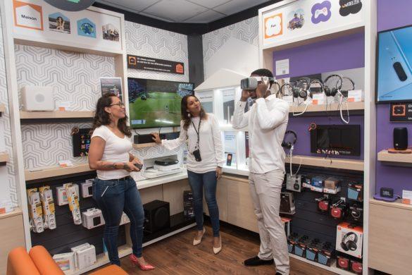 Essai de lunettes 3D dans une boutique Smart Store Touch d'Orange en Guyane