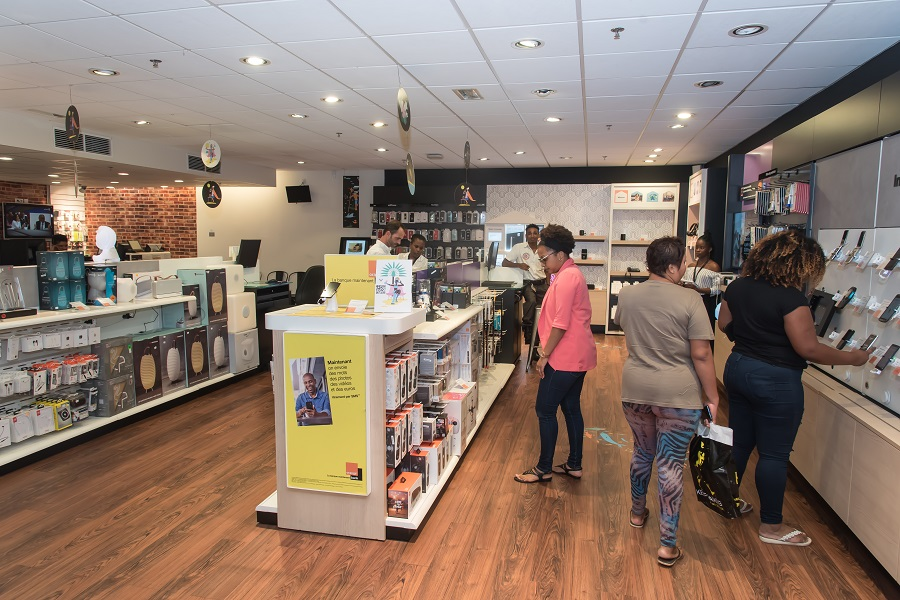 Clients dans une boutique Smart Store Touch d'Orange en Guyane