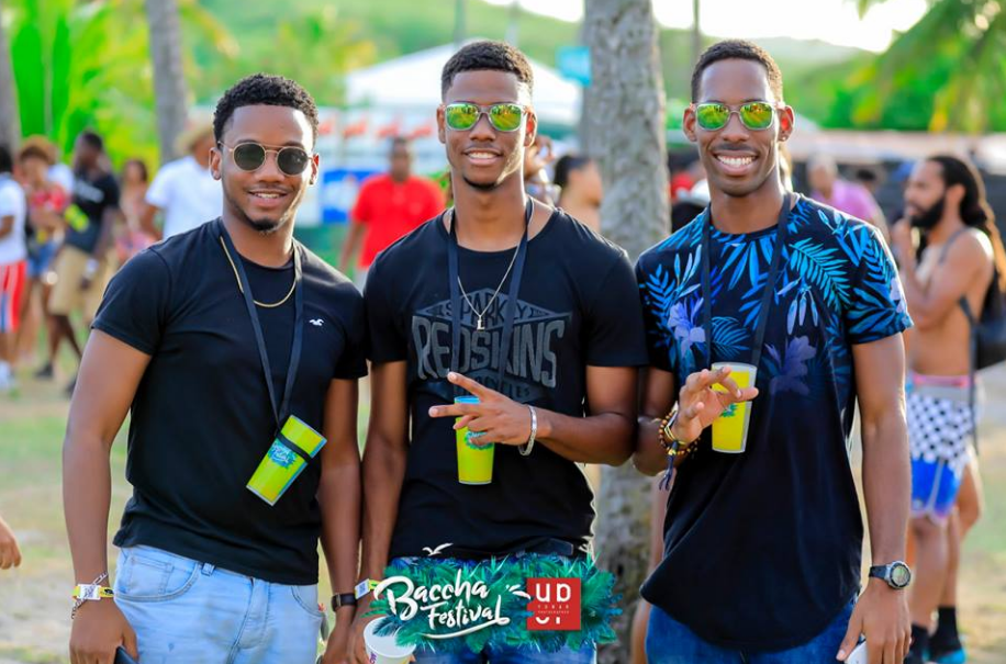 Festivaliers avec des eco-cups au Baccha Festival en Martinique