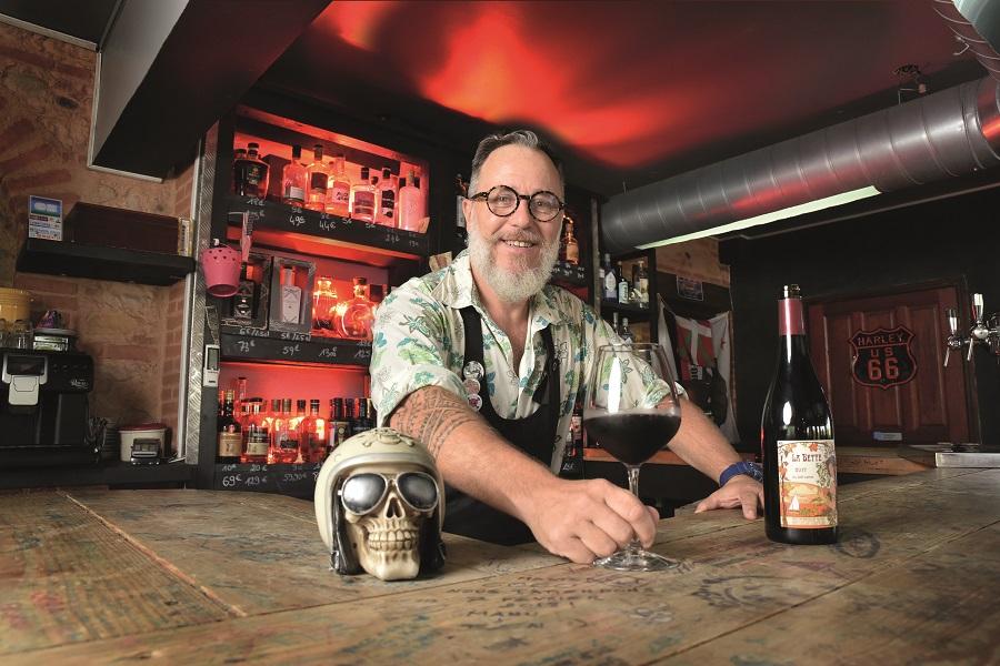 Eric Pereiro au comptoir de son restaurant cave à vin le 619 à Saint-François