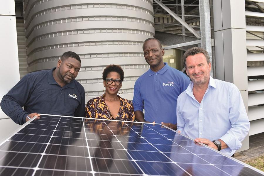 Collaborateurs de Sunzil, entreprise de panneaux solaires en Outre-mer
