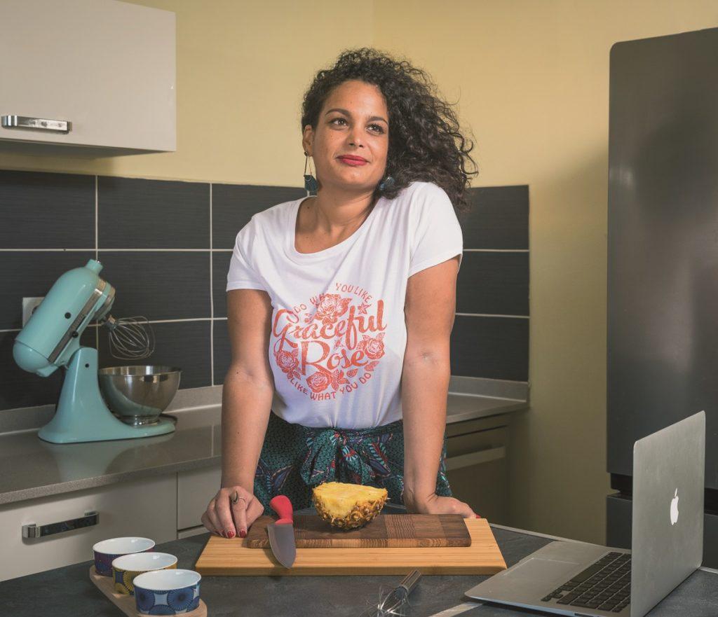 Leslie Belliot dans sa cuisine, créatrice de Je cuisine créole