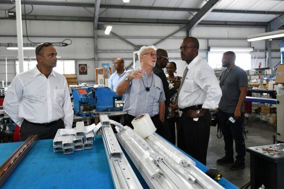 Ary Chalus avec le président des MPI dans l'entreprise Alucouleur