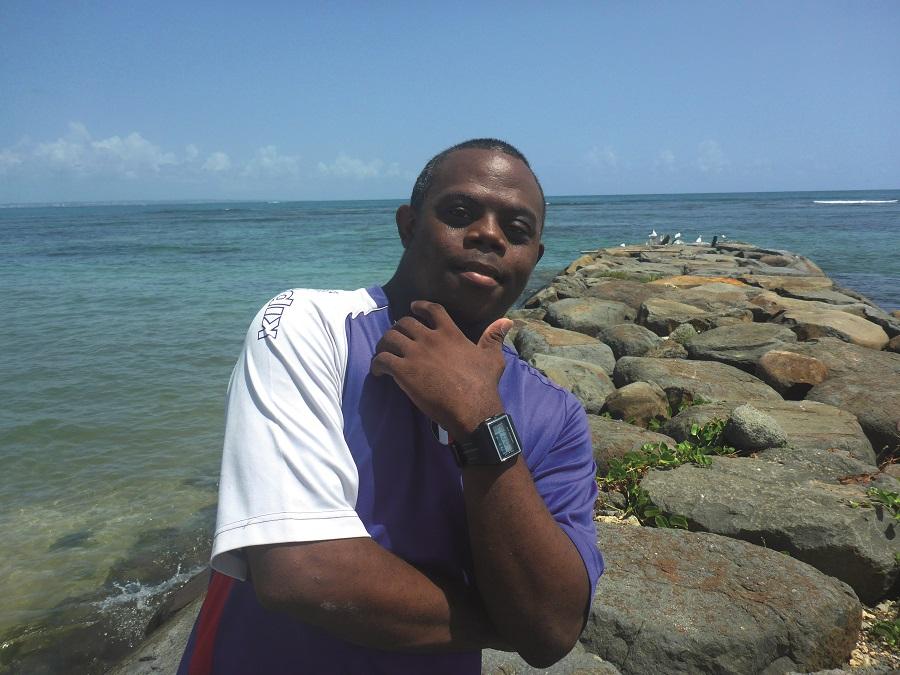 Edwin, bénéficiaire des ateliers de Matouba, à la Journée régionale de Nettoyage en Guadeloupe