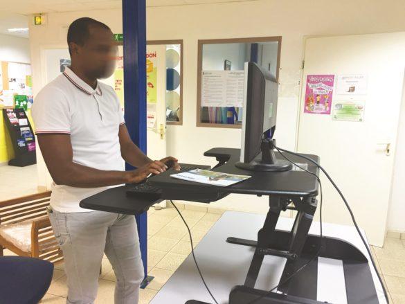 Bureau debout pour salariés en situation de handicap